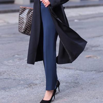 passen helle schuhe zu schwarzer jacke