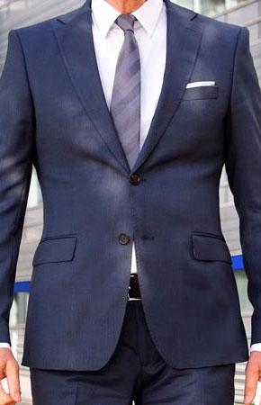 Schwarzer anzug mit stehkragen